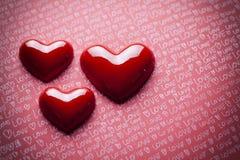 Corações do dia do ` s do Valentim no fundo de papel Imagens de Stock Royalty Free