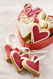 Corações do gengibre na caixa vermelha para o dia de Valentim. Foto de Stock