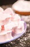 Corações do marshmallow com açúcar de crosta de gelo Fotografia de Stock Royalty Free