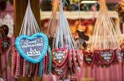 Corações do pão-de-espécie que penduram em um mercado do Natal Imagem de Stock Royalty Free