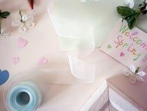 Corações do papel colorido, cartão, fita em um fundo claro Foto de Stock Royalty Free