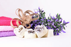 Corações do sabão da alfazema dos termas com flores Fotos de Stock Royalty Free