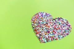 Corações do Valentim no fundo do verde do UFO fotos de stock royalty free