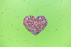 Corações do Valentim no fundo do verde do UFO fotografia de stock royalty free