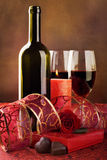 Corações do vinho vermelho, da vela e do chocolate, ainda vida Imagem de Stock
