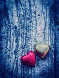 Corações dobro no fundo do grunge e na luz azul Imagem de Stock