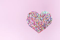 Corações dos confetes no fundo cor-de-rosa ilustração royalty free