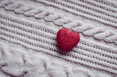 Corações dos doces do dia de Valentim em um fundo de madeira Fotos de Stock Royalty Free