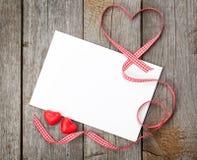 Corações dos doces do vale-oferta e do vermelho da placa do dia de Valentim Fotografia de Stock
