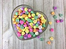 Corações dos doces em uma bacia dada forma coração Fotos de Stock