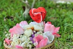 Corações dos Valentim dos doces e flores artificiais Imagem de Stock Royalty Free