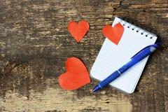 Corações e bloco de notas Imagem de Stock