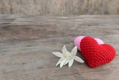 Corações e flores na tabela de madeira fotografia de stock royalty free