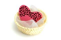 Corações e pano em uma cesta Fotografia de Stock Royalty Free