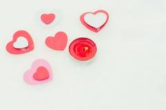 Corações e vela na neve Fotos de Stock Royalty Free