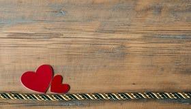 Corações em um fundo de madeira Imagens de Stock