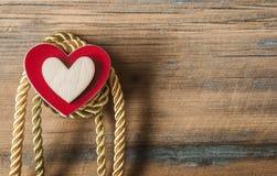 Corações em um fundo de madeira Foto de Stock