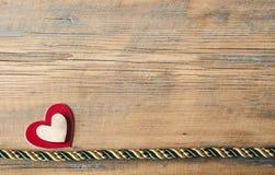 Corações em um fundo de madeira Foto de Stock Royalty Free