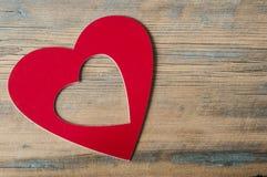 Corações em um fundo de madeira Fotos de Stock