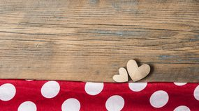 Corações em um fundo de madeira Imagens de Stock Royalty Free