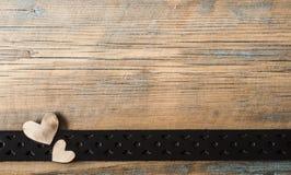 Corações em um fundo de madeira Fotos de Stock Royalty Free