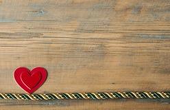 Corações em um fundo de madeira Fotografia de Stock Royalty Free