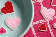 Corações em uma bacia azul. imagens de stock