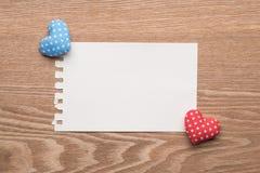 Corações feitos a mão do vintage dos Valentim com nota vazia Imagens de Stock