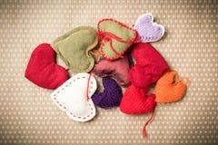 Corações feitos malha coloridos Fotos de Stock