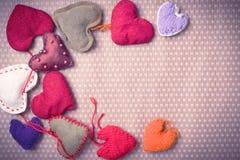 Corações feitos malha coloridos Foto de Stock