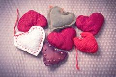 Corações feitos malha coloridos Fotografia de Stock Royalty Free