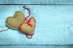 Corações feitos malha coloridos na luz - placas azuis Imagem de Stock
