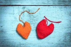 Corações feitos malha coloridos na luz - placas azuis Fotos de Stock