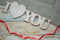 Corações, flores, fitas em um de madeira Fotografia de Stock