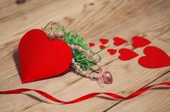 Corações, flores, fitas em um de madeira Fotos de Stock