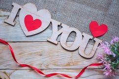Corações, flores, fitas em uma luz de madeira Imagens de Stock Royalty Free