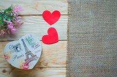 Corações, flores, fitas em uma luz de madeira Fotos de Stock