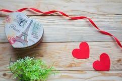 Corações, flores, fitas em uma luz de madeira Imagens de Stock
