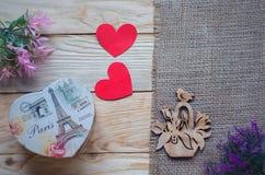 Corações, flores, fitas em uma luz de madeira Foto de Stock