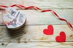 Corações, flores, fitas em uma luz de madeira Imagem de Stock