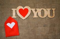 Corações, flores, fitas em uma luz de madeira Foto de Stock Royalty Free