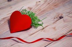 Corações, flores, fitas em uma luz de madeira Fotos de Stock Royalty Free