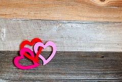 Corações ligados do ` s do Valentim no fundo de madeira resistido Fotos de Stock Royalty Free