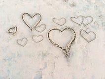Corações na areia na praia fotografia de stock royalty free