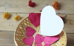 Corações na cesta Imagens de Stock Royalty Free