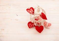 Corações na gaiola no fundo de madeira Fotos de Stock