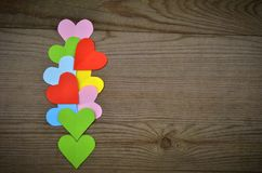 Corações na textura de madeira Fundo do dia de Valentim Fotografia de Stock Royalty Free