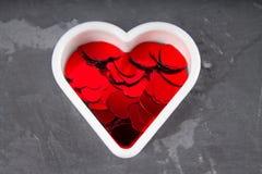 Corações no fundo cinzento Fotos de Stock Royalty Free