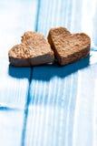 Corações no fundo de madeira Fotos de Stock Royalty Free