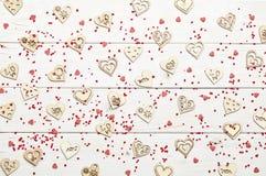 Corações no fundo de madeira Imagens de Stock